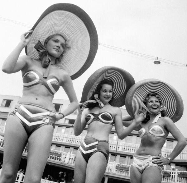 Модели позируют в купальниках возле бассейна в Париже. 8 июня 1951 года