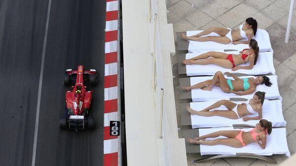 Девушки загарают на трассе Формулы-1 в Монте-Карло. 25 мая 2013 года