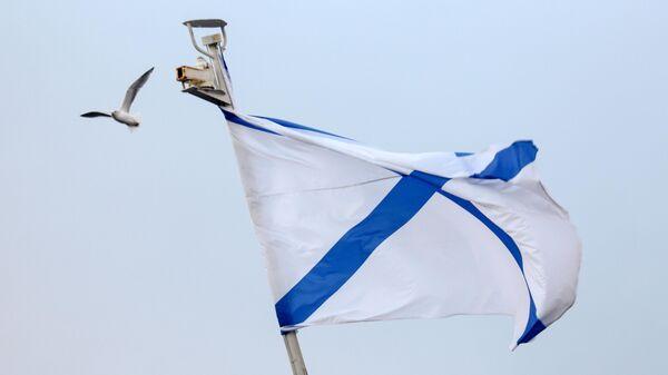 Андреевский флаг на корабле на причале Североморска