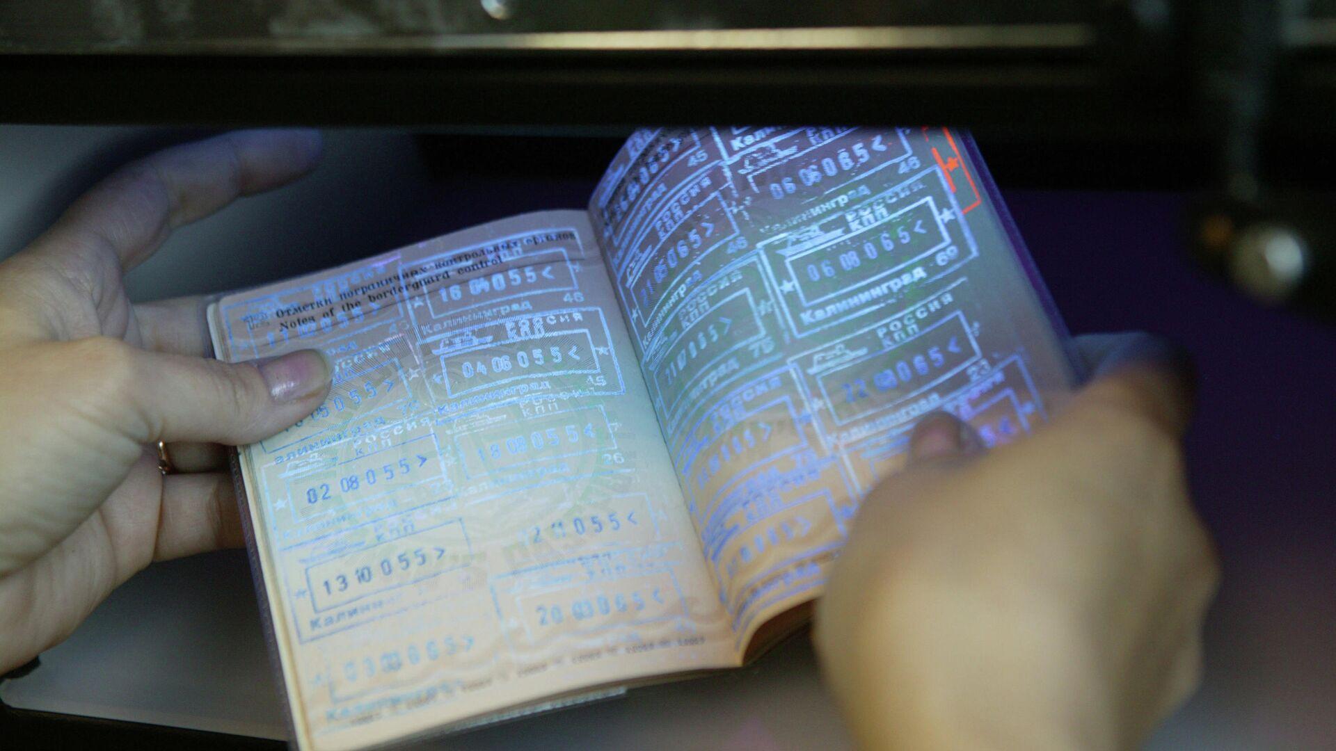 Паспортный контроль на пограничном пункте пропуска в Калининграде - РИА Новости, 1920, 11.03.2021