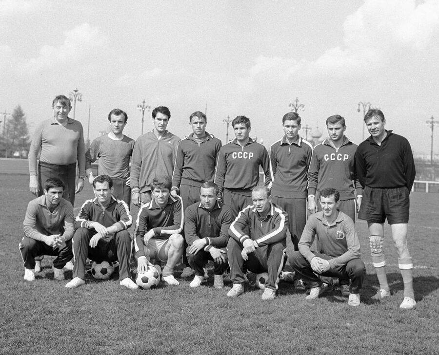 Михаил Якушин (слева) и сборная СССР по футболу
