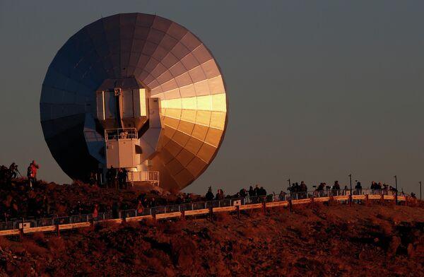 Люди наблюдают солнечное затмение возле обсерватории в Кокимбо, Чили