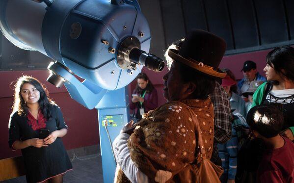 Женщина наблюдает солнечное затмение в астрономическом комплексе в Ла-Пасе, Боливия