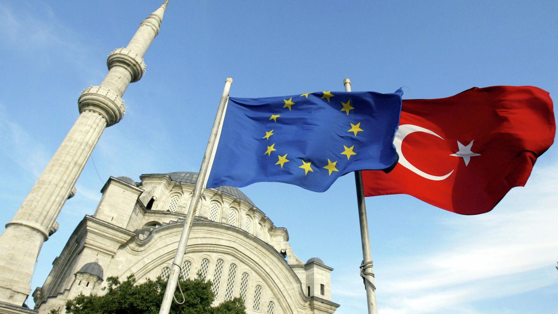 Флаги Турции и ЕС перед мечетью в Стамбуле  - РИА Новости, 1920, 29.08.2020