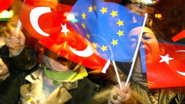 Люди с флагами Турции и ЕС в Стамбуле