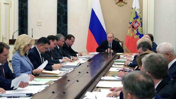 Президент РФ Владимир Путин проводит совещание с членами правительства РФ. 3 июля 2019