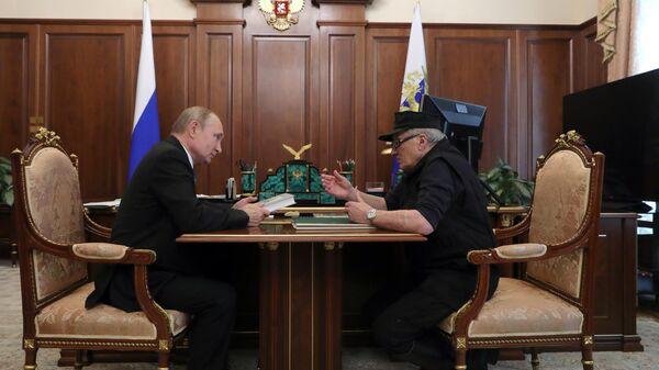 Владимир Путин и художник Михаил Шемякин во время встречи. 3 июля 2019