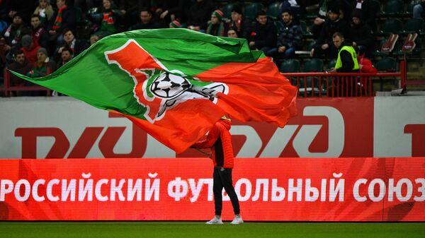 Символика Локомотива на фоне баннеров РЖД и РФС