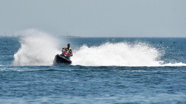 Отдыхающий катается на гидроцикле в Черном море в Анапе