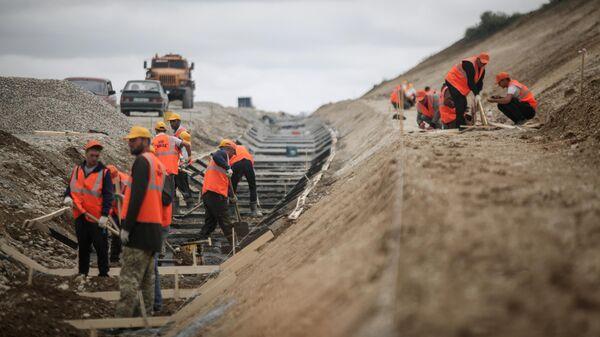 Рабочие на строительстве участка федеральной трассы Р-217 Кавказ