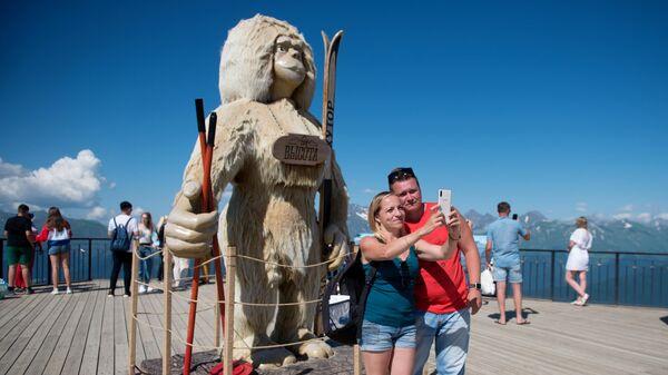 Туристы фотографируются на фоне арт-объекта на горнолыжном курорте Роза Хутор в Сочи