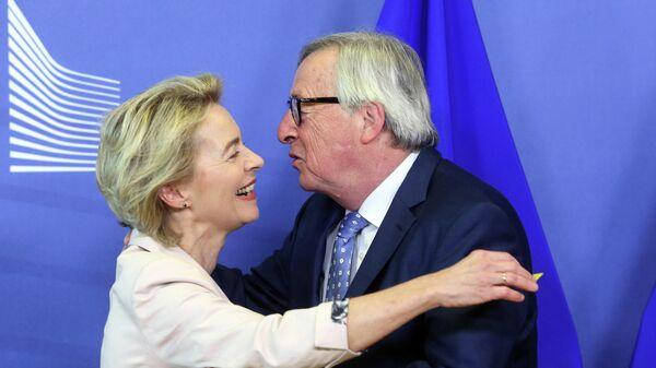 Президент Европейской комиссии Жан-Клод Юнкер и министр обороны Германии, назначенная главой Комиссии ЕС Урсулой фон дер Ляйен в Брюсселе. 4 июля 2019
