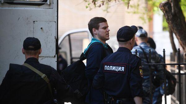 Футболист Александр Кокорин выходит из автозака