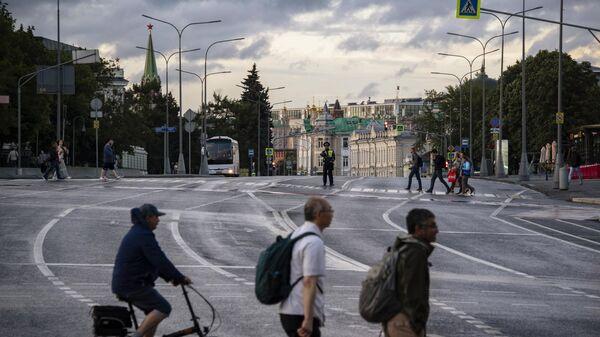 Пешеходы переходят улицу Волхонка в Москве. Архивное фото