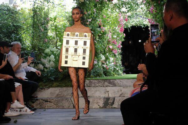 Модель на показе Dior в рамках Недели высокой моды в Париже