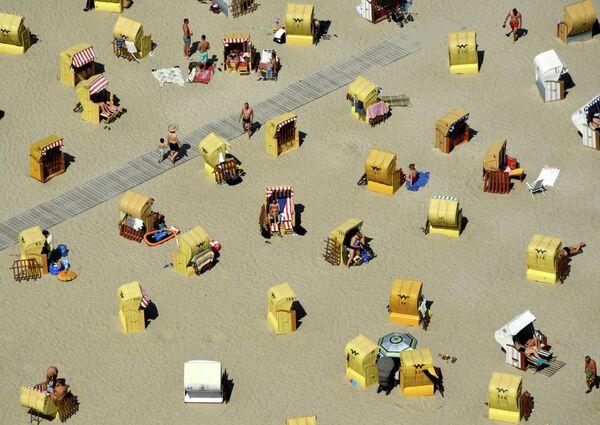 Люди отдыхают на пляже в Травемюнде, Германия