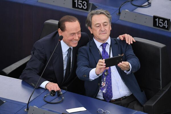 Депутат от партии Вперед, Италия Сильвио Берлускони фотографируется с членом Европарламента от Испании Германом Терчем на первой сессии нового Европейского парламента в Страсбурге
