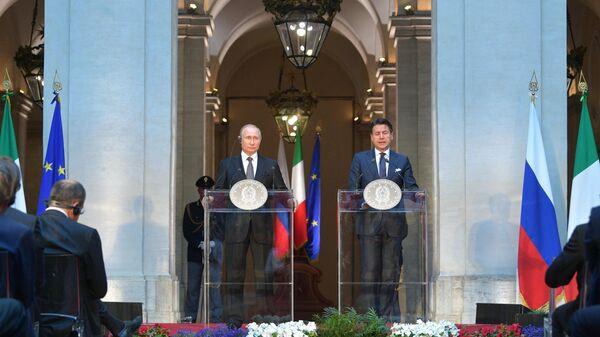 Президент РФ Владимир Путин и председатель Совета министров Италии Джузеппе Конте  на пресс-конференции по итогам российско-итальянских переговоров во дворце Киджи в Риме. 4 июля 2019