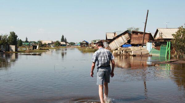 Житель на улице города Тулун в Иркутской области, пострадавшего от паводка. 4 июля 2019