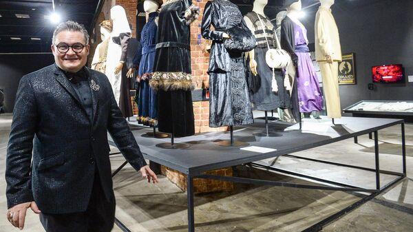 Историк моды Александр Васильев во время экскурсии на открытии выставки Москва. Мода и Революция в Музее Москвы