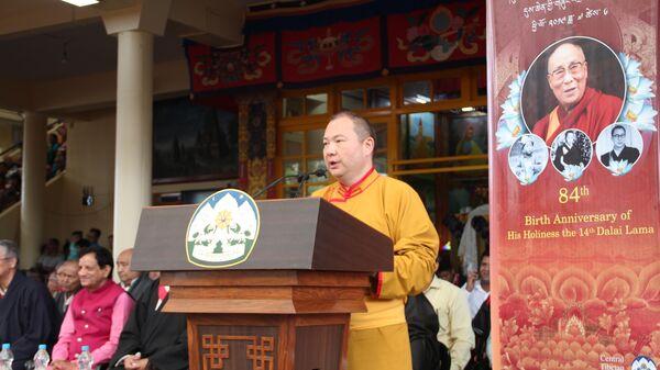 Представитель Далай-ламы в России, странах СНГ и Монголии, верховный лама Калмыкии Тэло Тулку Ринпоче на торжествах в честь 84-летия Далай-ламы в главном буддийском храме Дхарамсалы