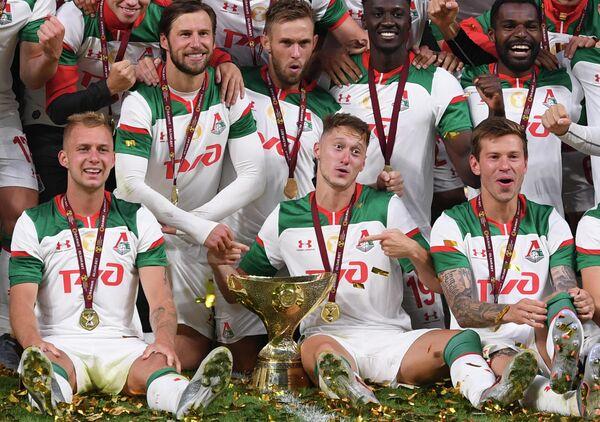 Игроки Локомотива на церемонии награждения после окончания матча за Суперкубок России