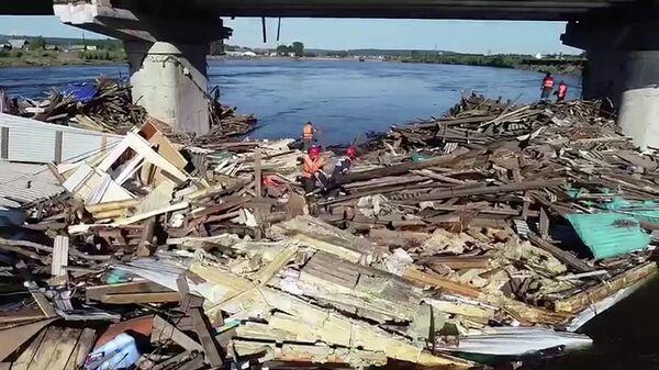 Коммунальные службы разбирают завалы, возникшие в результате подтопления в Иркутской области. 8 июля 2019