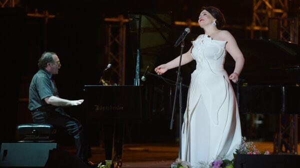 Оперная певица Хибла Герзмава и пианист-джазмен Даниил Крамер во время выступления с концертом Опера. Джаз. Блюз