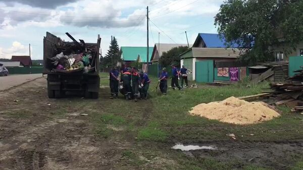 Сотрудники МЧС РФ ликвидируют последствия подтопления в Иркутской области. Стоп-кадр с видео, предоставленного МЧС РФ
