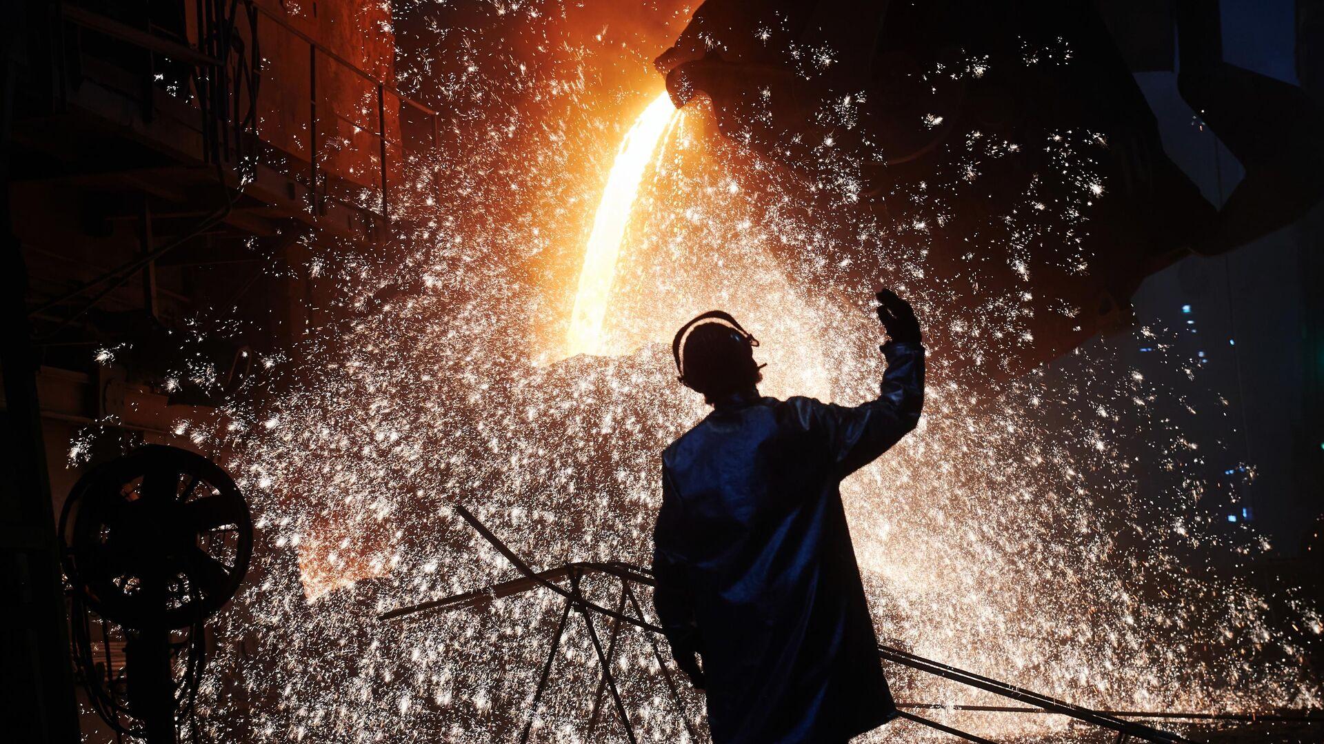 Рабочий в сталеплавильном цехе Череповецкого металлургического комбината - РИА Новости, 1920, 07.04.2021