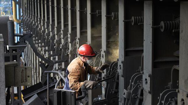 Рабочий у коксовой батареи №4 в коксовом цехе №1 Череповецкого металлургического комбината