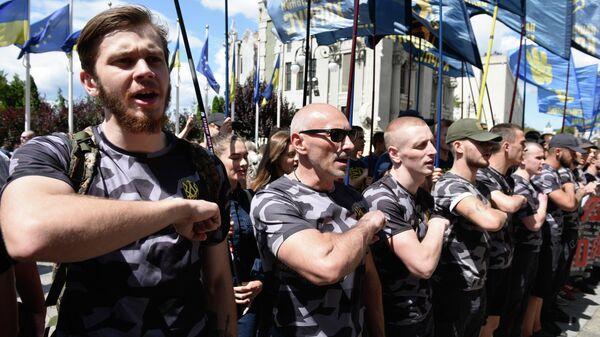 Сторонники партии Национальный корпус проводят акцию протеста у здания Администрации президента Украины против телемоста между российским каналом Россия 1 и украинским каналом NewsOne