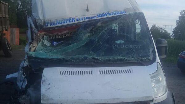 Микроавтобус, пострадавший в ДТП под Красноярском. 8 июля 2019