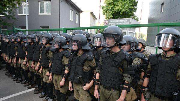 Сотрудники правоохранительных органов во время акции протеста у офиса телеканала NewsOne