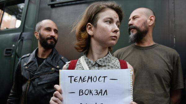 Участники акции протеста у офиса телеканала NewsOne против телемоста с российским каналом Россия 1