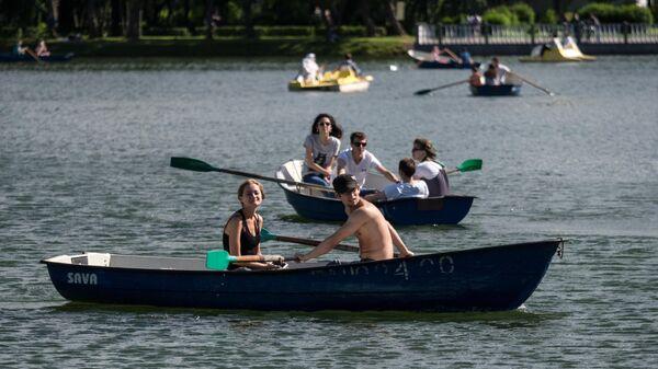 Отдыхающие катаются на лодках в Измайловском парке на Серебряно-Виноградном пруду