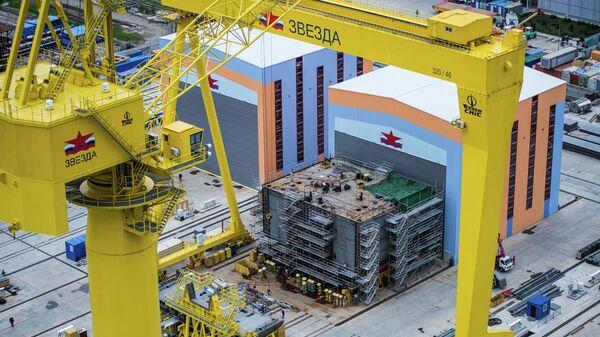 Краны и защитные сооружения на верфи судостроительного комплекса Звезда