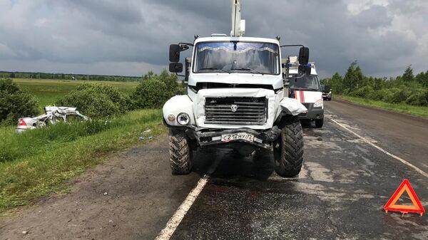 ДТП на  автодороге Тобольск-Вагай с участием автомобиля Форд Фокус и грузовика ГАЗ БКМ317.  9 июля 2019
