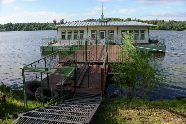 Дебаркадер на реке Волга в районе набережной города Плес