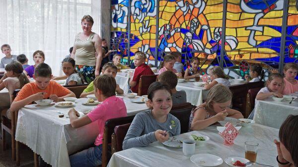 Дети кушают в столовой детского оздоровительного лагеря