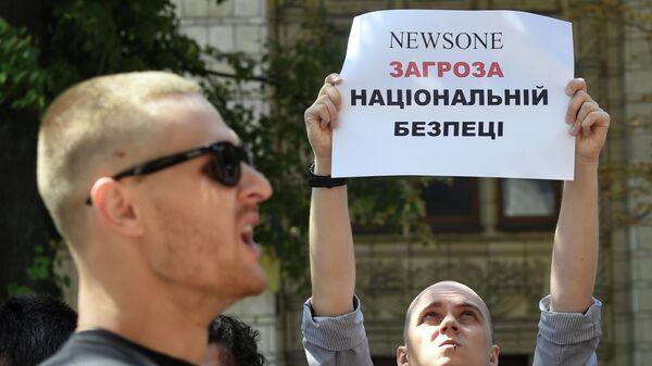 Акция протеста против телеканала NewsOne у здания Государственного комитета по телерадиовещанию Украины в Киеве