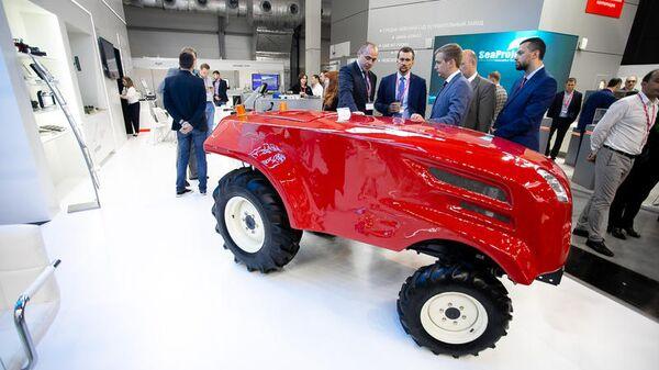 Прототип беспилотного трактора на международной промышленной выставке ИННОПРОМ-2019 в Екатеринбурге