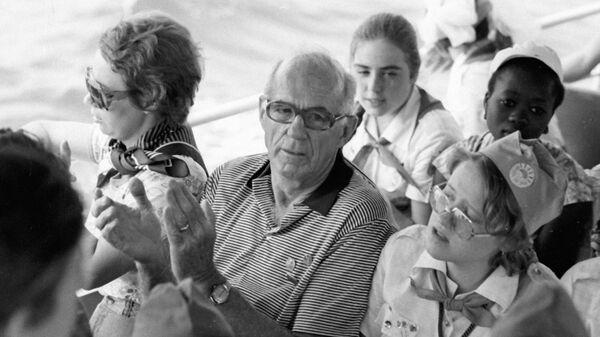 Доктор Бенджамин Спок среди участников детского праздника Пусть всегда будет солнце.
