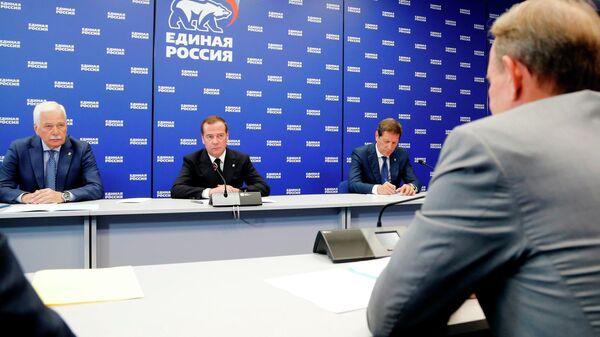 Дмитрий Медведев во время встречи с делегацией украинской партии Оппозиционная платформа - за жизнь