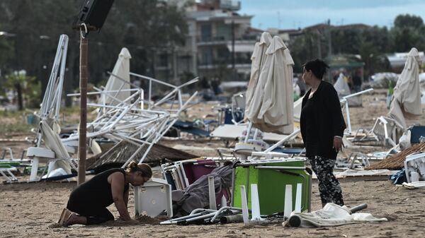 Женщины на пляже в Халкидики, Греция. 11 июля 2019