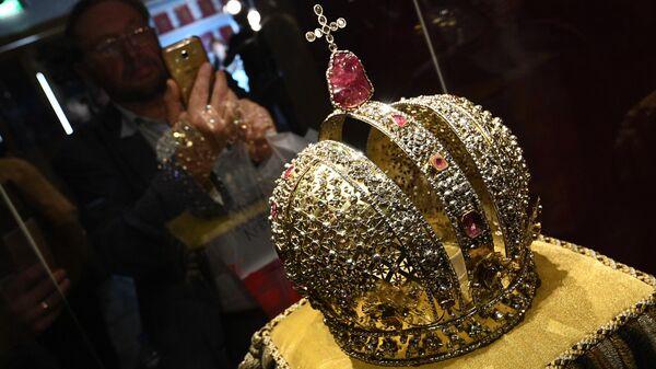 Корона императрицы Анны Иоановны во время пресс-показа выставки Хранители времени. Реставрация в Музеях Московского Кремля