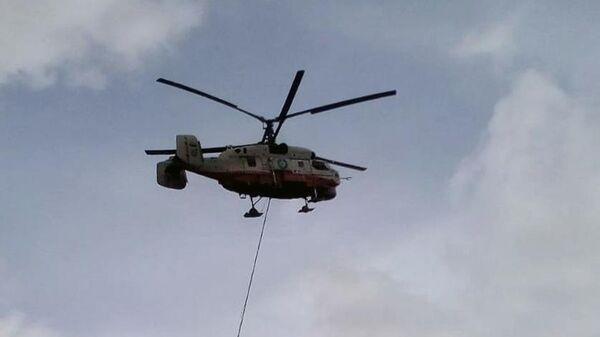 Вертолет КА-32 противопожарной службы МЧС РФ во время тушения пожара на территории Северной ТЭЦ в Мытищах