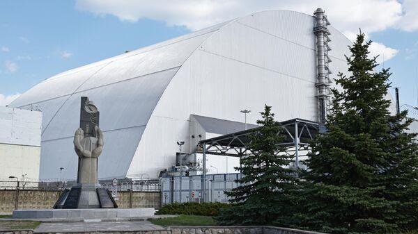 Защитная оболочка в форме арки Укрытие-2, возведенное над разрушенным в результате аварии 4-м энергоблоком Чернобыльской АЭС. 2018 год