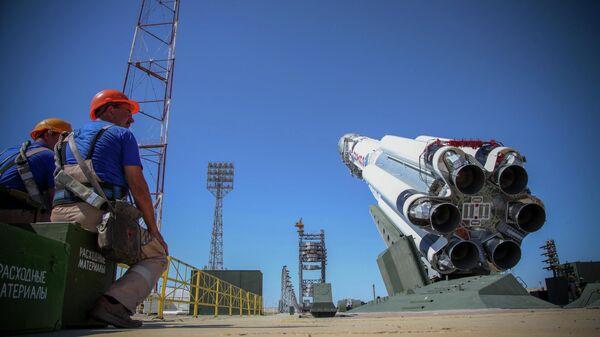 Ракета-носитель Протон-М на стартовом комплексе космодрома Байконур