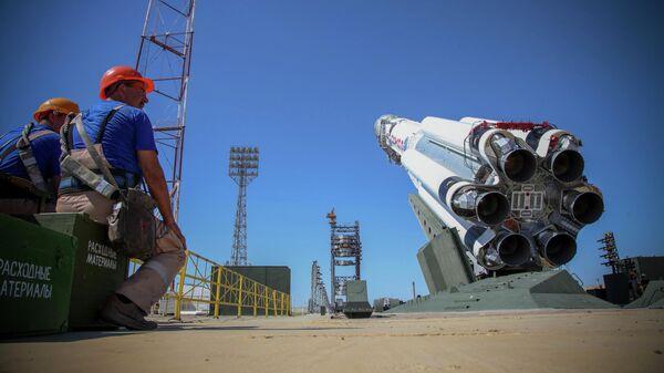 Ракета-носитель Протон-М с российской обсерваторией Спектр-РГ на стартовом комплексе космодрома Байконур